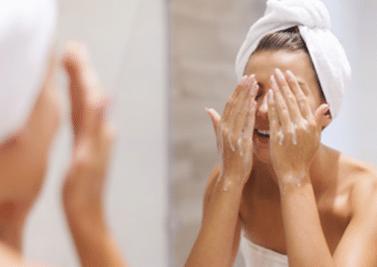 J'apprends à bien nettoyer ma peau
