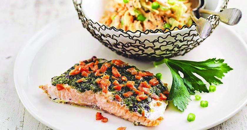 Saumon en croûte d'algues et coleslaw