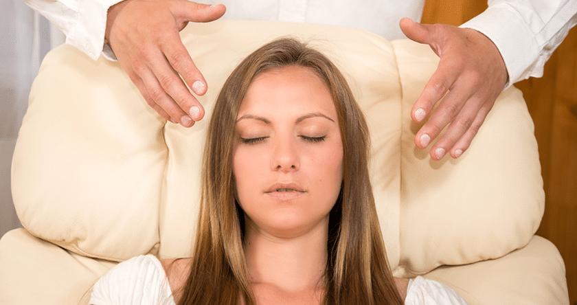 Entre méditation et thérapie, l'hypnose intrigue