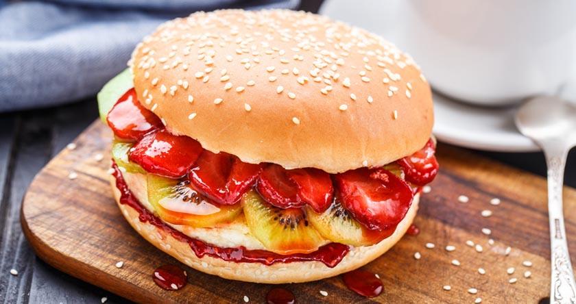 Burger maison aux fraises et cheesecake