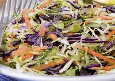 Salade de chou rafraîchie au concombre et aux carottes