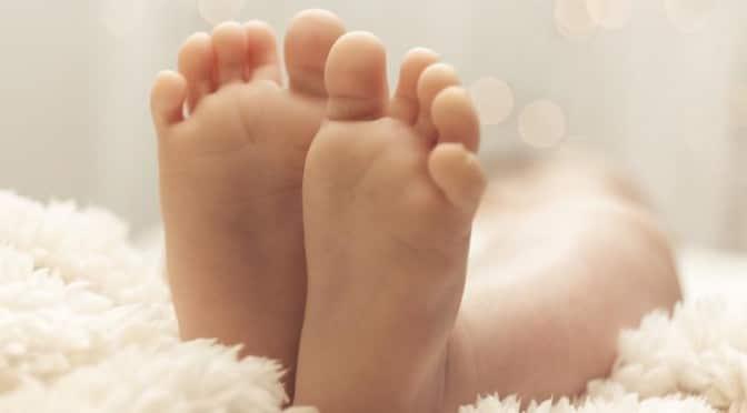 Gare aux cheveux dans les chaussettes de Bébé