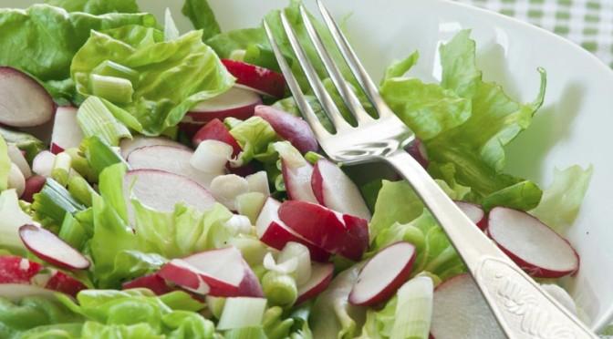 Salade de radis aux pommes et à la ciboulette