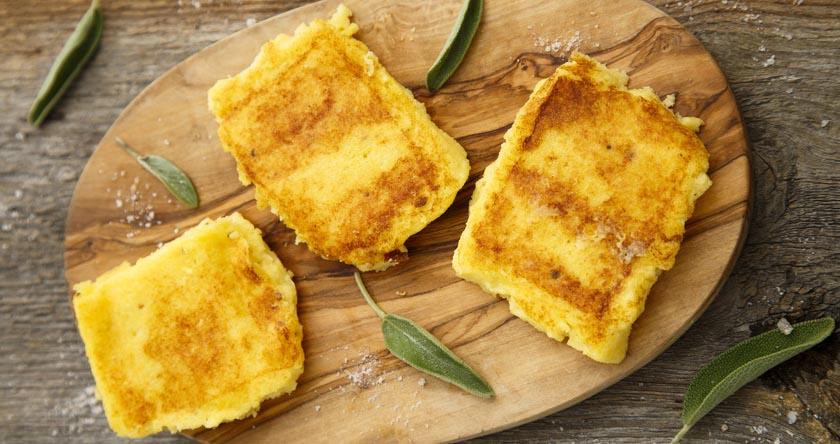 Bouchées de polenta aux poivrons marinés