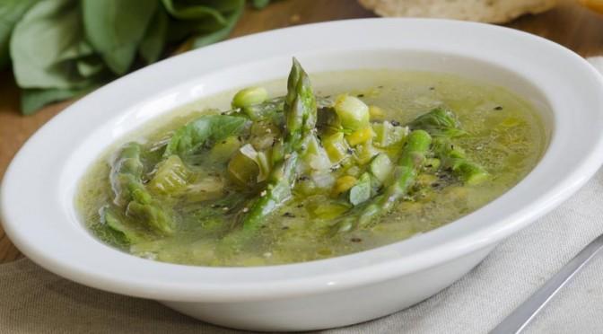 Le bouillon de minestrone d'asperges au basilic