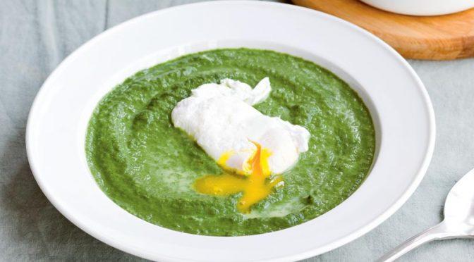 Recette aux légumes : la soupe aux épinards et aux œufs pochés