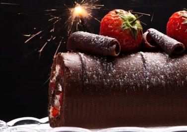 Bûche de Noël au chocolat et aux fruits rouges