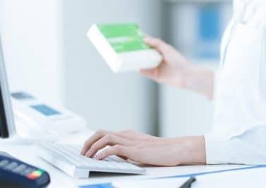 Comment est contrôlée la commercialisation de nouveaux médicaments ?
