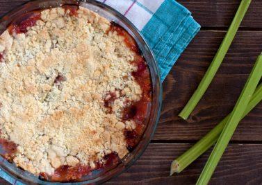 En dessert : crumble de rhubarbe