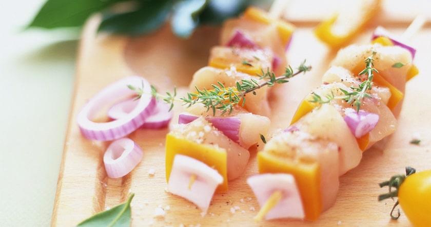 Brochettes de poulet marine au citron, cumin et huile d'olive