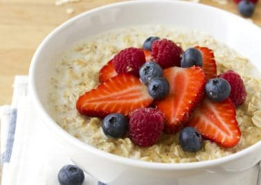 Porridge anglais traditionnel aux fruits rouges