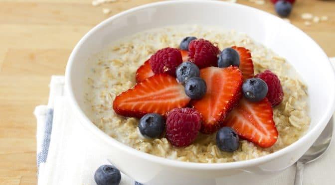 Porridge anglais traditionnel aux fruits rouges