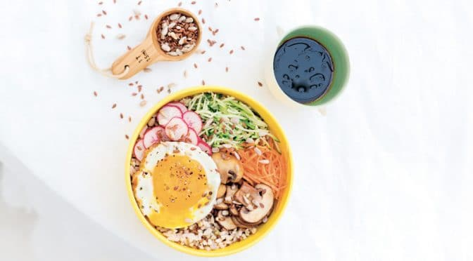 Bowl aux champignons, carotte, courgette, radis et œuf au plat