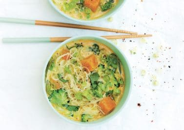 Soup bowl brocoli, courge, nouilles de riz et curry-coco