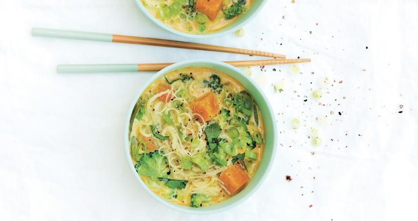 Soup bowl brocoli, courge, nouilles de riz et curry-coco