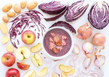 Soupe de chou rouge, pommes, saucisses