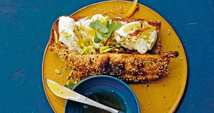 Burrata, pain plat, notes de citron